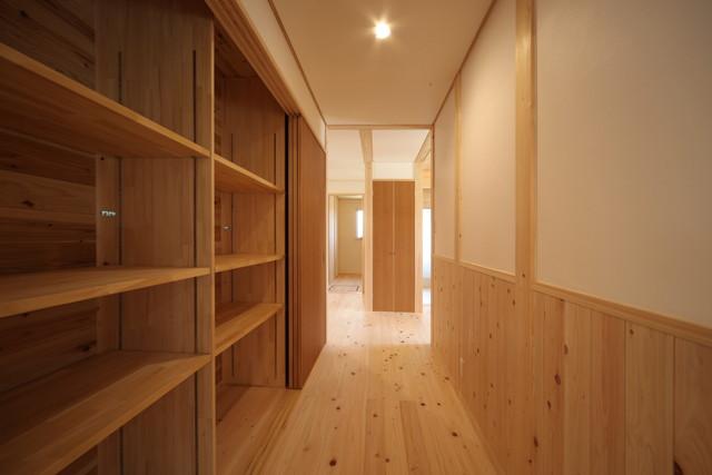 国産木材をたっぷり使った造作収納